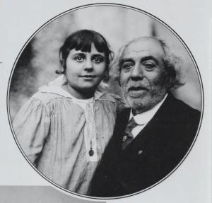 Amb el seu avi, que tant va influenciar-la.